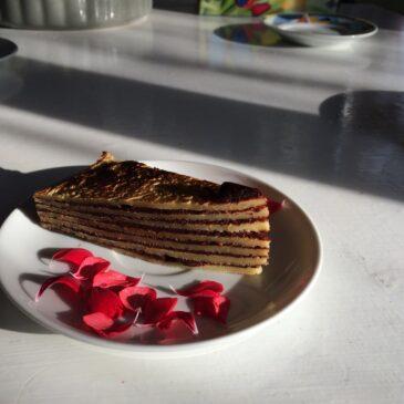 Tort de clătite cu sos de ciocolată şi portocale