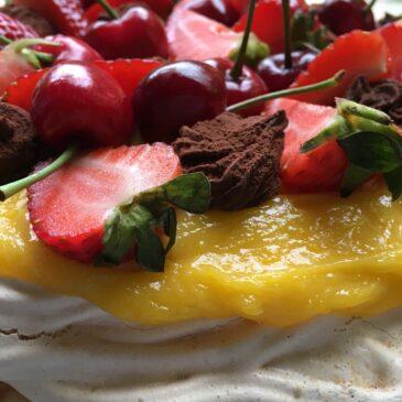 Tort de bezea cu cremă de lămâie, trufe de ciocolată şi fructe de sezon