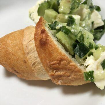 Salată de avocado cu castraveţi, mentă şi brânză